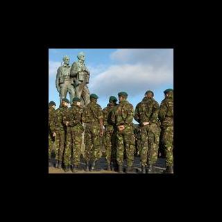 Бойцы SBS у памятника коммандос Второй Мировой.