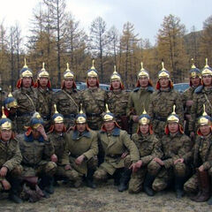 Рядовые монгольского почетного караула в полевой камуфляжной форме и с парадными кожаными шлемами.