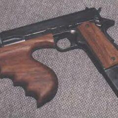 Уникальный M1911A1, дополненный магазином на 30 патронов и тактической рукояткой от <a href=