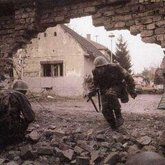 Пехотинцы ЮНА во время боёв в Хорватии.