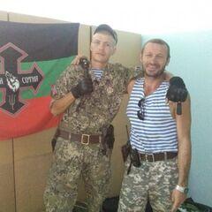 Бойцы Сотни с флагом.