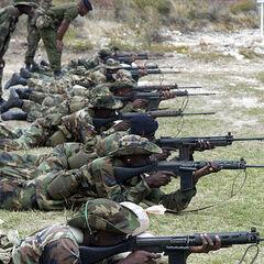 Бразильские солдаты на стрельбище.