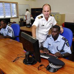 Офицеры RSIPF отслеживают ситуацию в местных водах. Мужчина в белом — австралийский специалист.