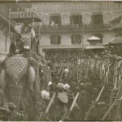Фотография 1942 года, воины Гуруджу ко Пальтан расположены вокруг слона.