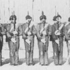 Чарлстонские зуавы выстроились перед камерой в Кастл Пинки, Южная Каролина в 1861 г. Они носят серую униформу с красными кепи, воротниками и эполетами. Офицеры носят синие мундиры, предписанные южнокаролинскими правилами 1861 г. Обратите внимание на барабанщика и флейтиста на левой части фотографии.