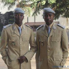 Курсанты Национального военного училища по подготовке офицеров действующего состава армии Сенегала в повседневной форме. На петлицах — эмблема училища.