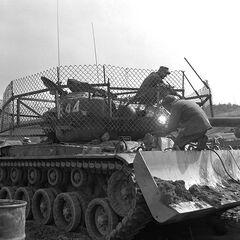 M46 с установленным бульдозерным оборудованием и изготовленным в войсках сетчатым экраном для защиты от РПГ. Корея, 1953 год.