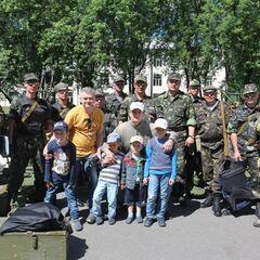 Бойцы 11-го батальона территориальной обороны с волонтерами и их детьми.