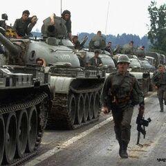 Колонна войск ЮНА движется к границе с Австрией, Десятидневная война, 1991 год.