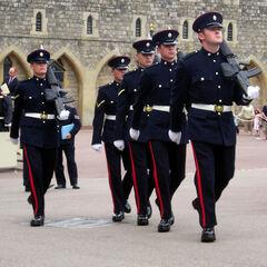 Строевые учения британских солдат.