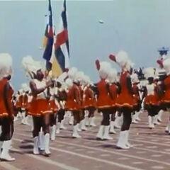 Женщины в военной форме с флагами ЦАИ. Неизвестно, входили ли в состав императорской гвардии или нет.