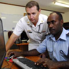 Офицер RSIPF (справа) со своим австралийским напарником.