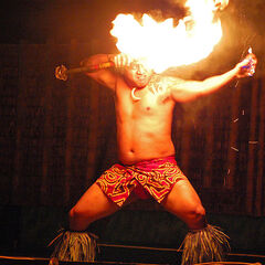 Огненный танец с подожженным огненным ножом.