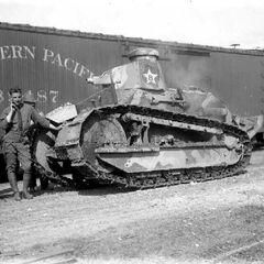 Пулеметный танк M1917 с первоначальным вариантом бронирования вооружения.