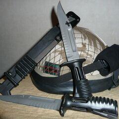 Штык-нож, примыкаясь к ножнам таким образом, используется для резки проволоки.
