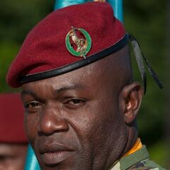 Лейтенант парашютного батальона в краповом берете с современной эмблемой, введенной в конце 1990-х гг.