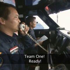 Капитан передает сигнал экипажу, когда замечает подозрительное судно.