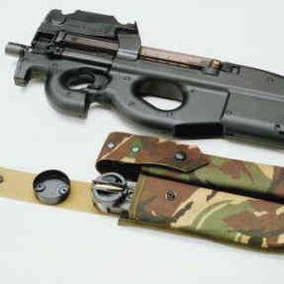 FN P90 в комплекте с подсумком и запасными магазинами.