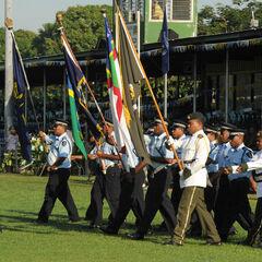 Полицейские несут знамена Соломоновых островов. Парни в бело-зеленой форме — <a class=