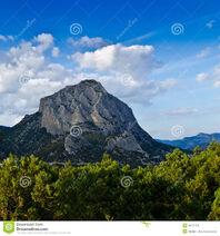 Een-eenzame-berg-een-bos-en-blauwe-clearehemel-26061125