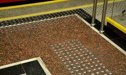 Guzki ostrzegające niewidomych Metro Wilanowska