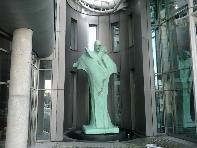 Plik:Wiktor - rzeźba przy wejściu do TVP.jpg