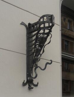 Mokotowska (nr 8, uchwyt na flagę)