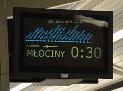 Elektroniczna tablica informacyjna na peronie metra