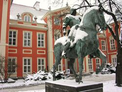 Pałac Czapskich (pomnik kondotiera, dziedziniec)