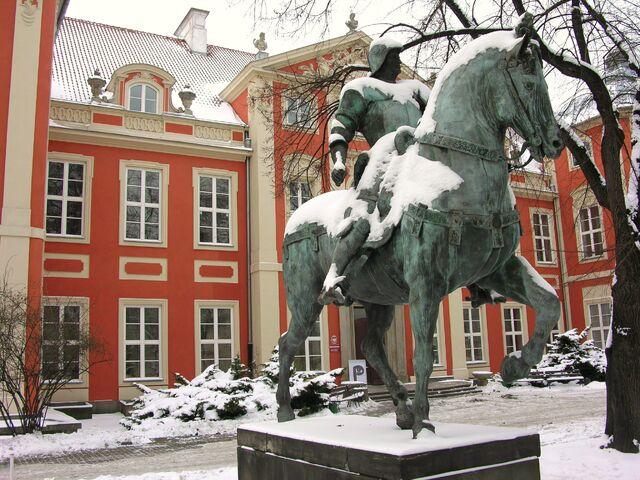 Plik:Pałac Czapskich (pomnik kondotiera, dziedziniec).JPG