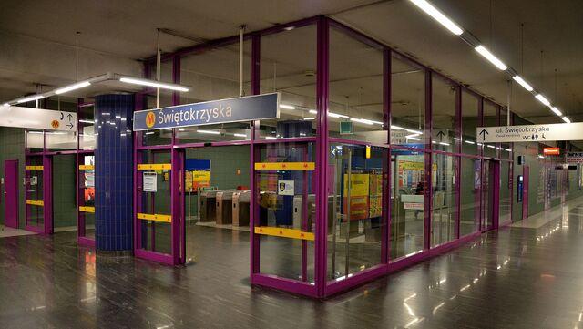 Plik:Metro Świętokrzyska północne wejście na peron stacji.JPG