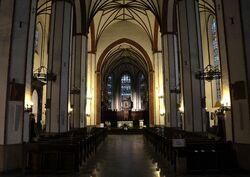 Wnętrze archikatedry św. Jana wieczorem