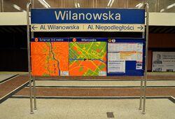 Tablica informacyjna na peronie stacji metra
