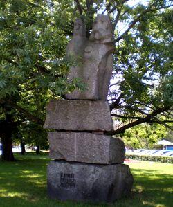 Plac Małachowskiego (dziwna kamienna rzeźba)