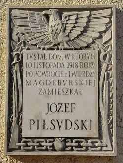 Tablica Józef Piłsudski ul. Moniuszki 2