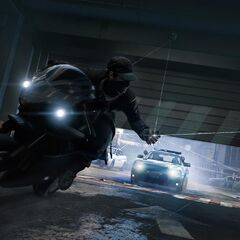 Aiden motoron menekül a rendőrök elől