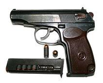 9-мм пистолет Макарова с патронами