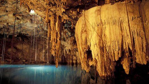 6985197-luray-caverns-dream-lake