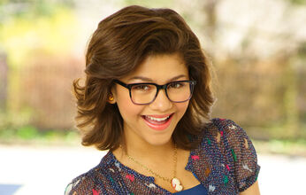 Zendaya-Coleman-as-Halle-on-frenemies-zanzoonfan-and-sarahvrose755-28213531-474-302