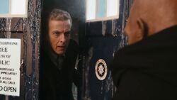 Doktor wychodzi z TARDIS (Głęboki oddech)
