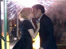 Astrid całuje Doktora