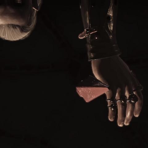 Fiolka z zatrutym napojem wypada z jego rąk