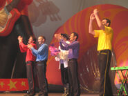 TheWigglesandCaptainFeatherswordinTheWiggles'Dance!Tour
