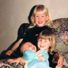 Liam de bebé con sus hermanas