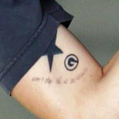 Una <b>G</b> originalmente del logo de Green Bay en su biceps (junio 2013)