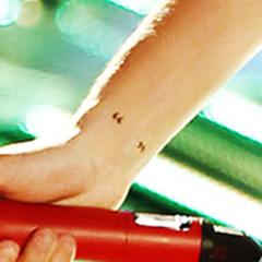 Las comillas en el brazo derecho en la parte interna de la muñeca  (20 de octubre 2012)