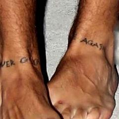 <b>Never gonna dance again</b> en sus pies (izquierda, never gone - derecha dance again) (21 de agosto 2012)