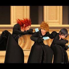 Axel, Roxas y Xion en Twilight Town, tomando un helado