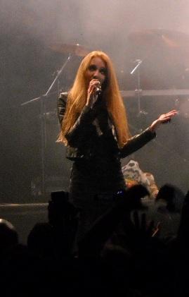 File:Simone Simons em um concerto em América do Sul.jpg