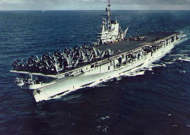 American Aircraft Carrier Uss Yorktown Hit By A Anese In The Battle Of Midway Fotografia